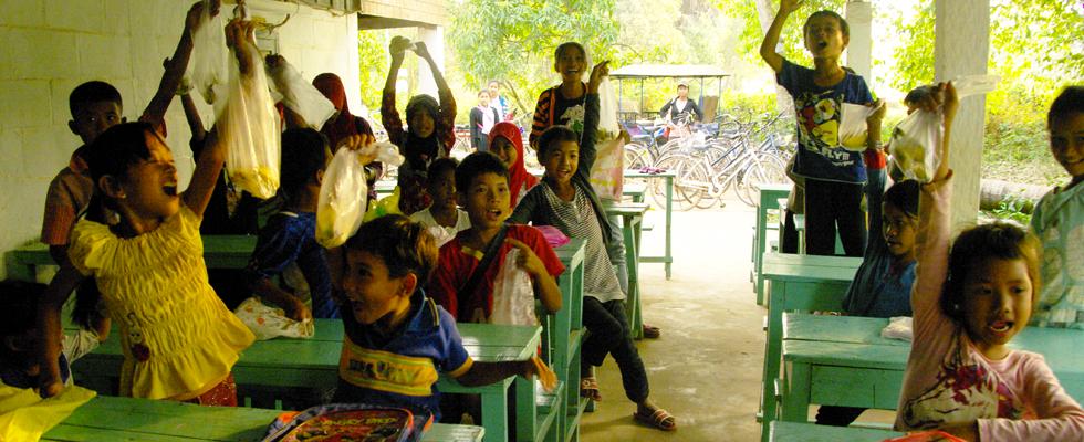 Distribution de fruits dans cette école gérée par une ONG Cambobabs. Certains de ces enfants mangeront des bananes pour la première fois. Cela donne une odée de l'extrême pauvreté qui règne dans ce pays.