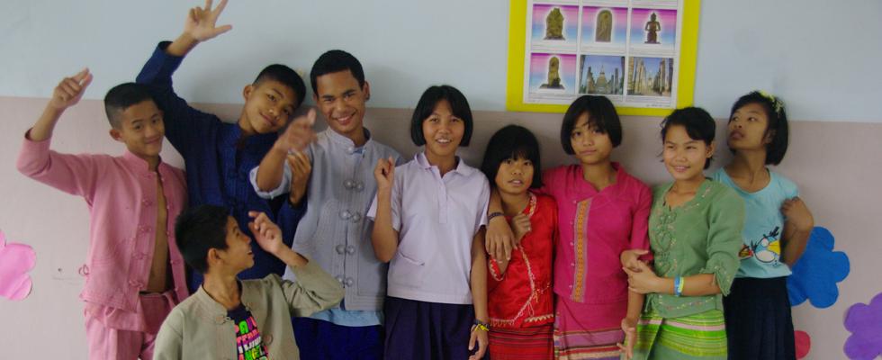 Ban Huey Hang, école des montagnes du Nord de la Thaïlande. Tous les vendredis les élèves viennent revêtus de leurs costumes traditionnels.