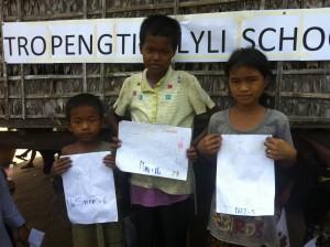 Photo de la fête organisée pour les enfants avant la construction de l'école.